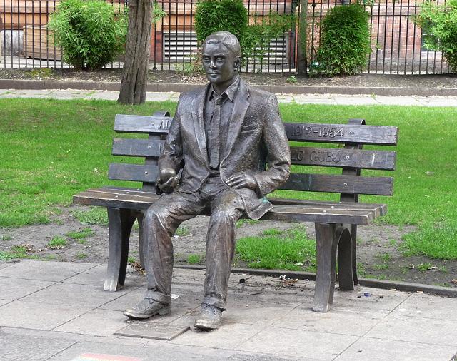 Alan-Turing-Statua-manchester_con_la_mela